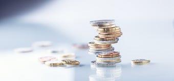 Euro monete Euro soldi Euro valuta Monete impilate su a vicenda nelle posizioni differenti Immagine Stock Libera da Diritti