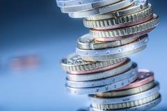 Euro monete Euro soldi Euro valuta Monete impilate su a vicenda nelle posizioni differenti Immagini Stock