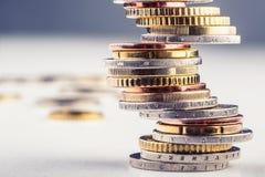 Euro monete Euro soldi Euro valuta Monete impilate su a vicenda nelle posizioni differenti Fotografie Stock Libere da Diritti
