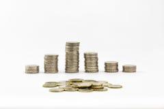 2 euro monete hanno impilato e sparso alcuno di 1 euro Fotografia Stock Libera da Diritti