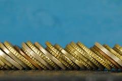 Euro monete impilate parallelamente immagini stock libere da diritti