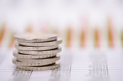 Euro monete impilate sopra i dati mercato dei cambi Fotografia Stock
