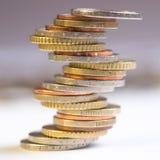 Euro monete impilate su a vicenda nelle posizioni differenti fotografie stock libere da diritti