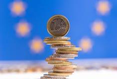 Euro monete impilate su a vicenda nelle posizioni differenti fotografia stock libera da diritti