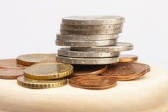 Euro monete impilate su a vicenda nelle posizioni differenti Fuoco selettivo fotografia stock libera da diritti