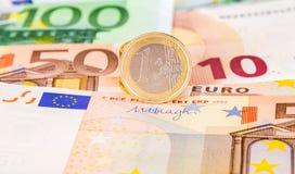 Euro monete sopra le euro banconote di valuta Fotografia Stock