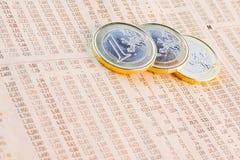 Euro monete sul giornale finanziario Fotografie Stock