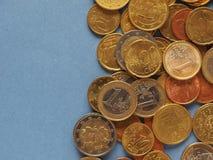 Euro monete, Unione Europea sopra il blu con lo spazio della copia Fotografia Stock