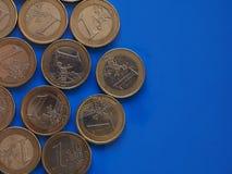 Euro monete, Unione Europea sopra il blu con lo spazio della copia Immagine Stock
