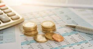 Euro monety na dokumentach z kalkulatorem zdjęcie stock