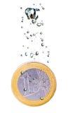 Euro muntstuk dat in water daalt Stock Afbeelding