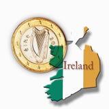 Euro muntstuk en Ierse vlag tegen witte achtergrond Stock Foto