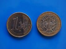 1 euro muntstuk, Europese Unie, Frankrijk over blauw Stock Fotografie