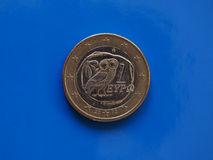 1 euro muntstuk, Europese Unie, Griekenland over blauw Royalty-vrije Stock Fotografie