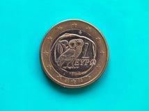 1 euro muntstuk, Europese Unie, Griekenland over groenachtig blauw Stock Fotografie