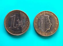 1 euro muntstuk, Europese Unie, Luxemburg over groenachtig blauw Stock Afbeeldingen