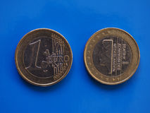 1 euro muntstuk, Europese Unie, Nederland over blauw Stock Foto's