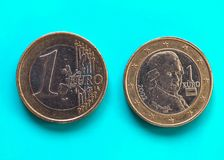 1 euro muntstuk, Europese Unie, Oostenrijk over groenachtig blauw Stock Fotografie