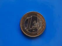 1 euro muntstuk, Europese Unie over blauw Stock Fotografie