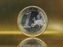 1 euro muntstuk, Europese Unie over gouden achtergrond Stock Afbeeldingen