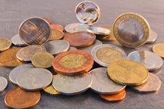 Euro muntstuk met de Tsjechische kroon van Slowakije en, ponden op steenbackgro Royalty-vrije Stock Afbeeldingen