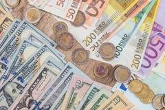 Euro muntstuk met dollar en euro rekeningen Royalty-vrije Stock Afbeeldingen