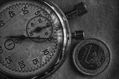 Euro muntstuk met een benaming van euro 1 en chronometer op denimachtergrond - bedrijfsachtergrond Royalty-vrije Stock Afbeelding