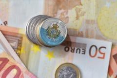 Euro muntstuk met nationale vlag van San-marino op de euro achtergrond van geldbankbiljetten Stock Foto's