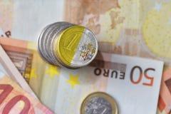 Euro muntstuk met vlag van de stad van Vatikaan op de euro achtergrond van geldbankbiljetten Stock Afbeeldingen