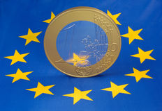 Euro muntstuk op Europese vlag Royalty-vrije Stock Foto