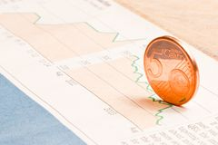 Euro muntstuk op financiële grafiek Stock Foto