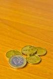 Euro muntstuk op houten lijst Stock Foto