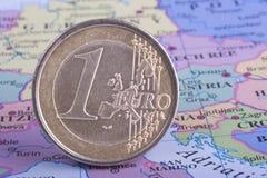 Euro Muntstuk op Kaart Royalty-vrije Stock Afbeeldingen