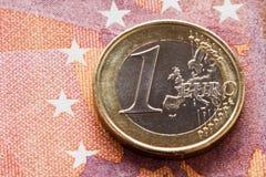 Euro muntstuk op tien Eurobankbiljet Stock Foto's