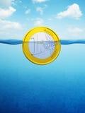 Euro muntstuk op zee Stock Foto