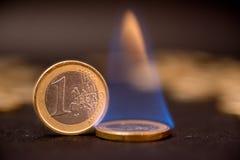 Euro muntstukken één op brand Stock Foto's