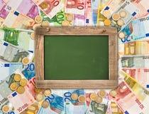 Euro muntstukken, bankbiljettenachtergrond, groen bord Royalty-vrije Stock Foto