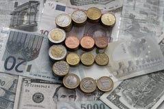 Euro muntstukken in de vorm van een euro teken royalty-vrije stock foto