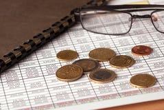 Euro muntstukken en glazen Stock Afbeelding