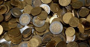 Euro Muntstukken die tegen witte Achtergrond vallen, stock videobeelden