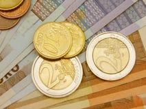 Euro muntstukken en bankbiljetten Stock Afbeeldingen