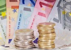 Euro muntstukken en Bankbiljetten Stock Foto