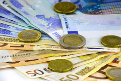 Euro muntstukken en bankbiljetten Stock Foto's