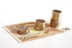 Euro muntstukken en bankbiljetten geïsoleerde stapel Stock Afbeeldingen