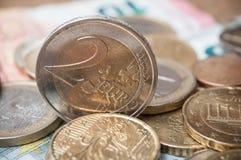 Euro muntstukken en bankbiljetten op houten lijstachtergrond Royalty-vrije Stock Foto