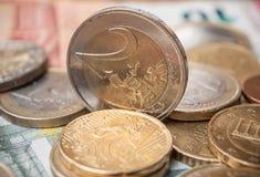 Euro muntstukken en bankbiljetten op houten lijstachtergrond Stock Afbeelding