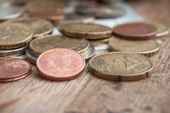 Euro muntstukken en bankbiljetten op houten lijstachtergrond Stock Fotografie