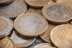 Euro muntstukken en bankbiljetten op houten lijstachtergrond Stock Foto's