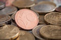 Euro muntstukken en bankbiljetten op houten lijstachtergrond Stock Foto