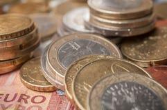 Euro muntstukken en bankbiljetten op houten lijstachtergrond Royalty-vrije Stock Afbeeldingen